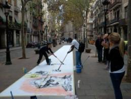 creando mural en la calle